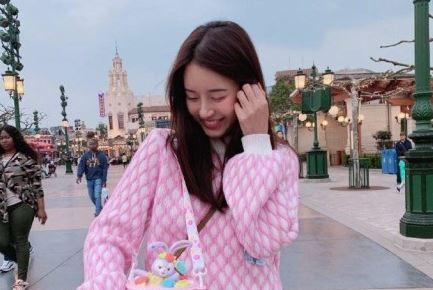 陈赫一家三口同游迪士尼女儿正面照罕见曝光 妻子张子萱似18岁少女