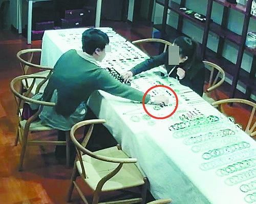 女顧客在廈門珠寶店偷走16000多元翡翠飾品