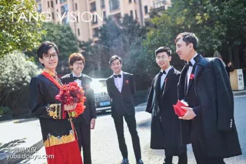 王思聪现身酒神结婚现场!身披帅气西装,手里拿着红包当伴郎!