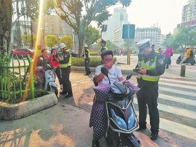 @行人和电动车骑手:交通违法 你可能负主责!