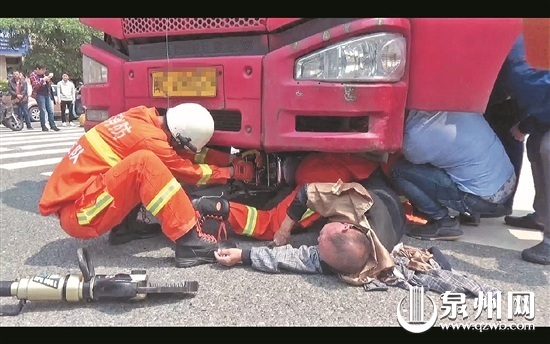险!泉州市区东海大街老伯连人带车卷进货车底