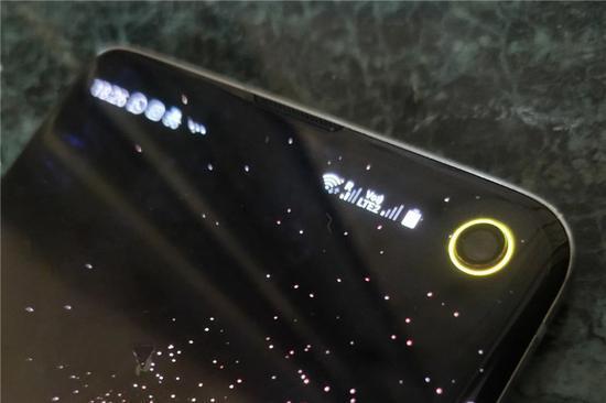 三星Galaxy S10打孔相机新用途:周围显示电量