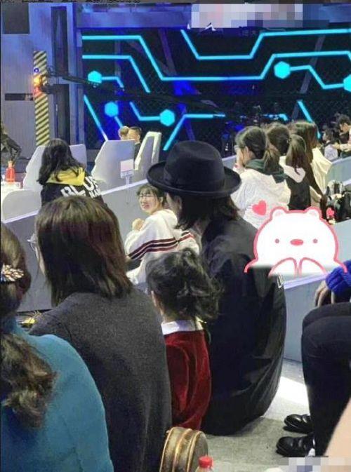 lucky探班戚薇什么情况?和爸爸李承铉一起坐在观众席上一脸呆萌