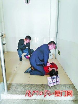 老母亲探视戒毒儿子时突然昏倒 民警紧急送医