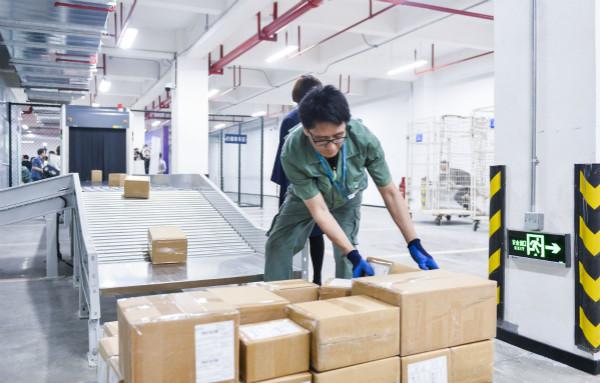厦门首个临空跨境电商作业场所启用 每单缩短24小时物流成本每公斤减1元