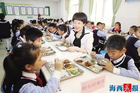 """学校餐食""""上桌记"""":工作群就有3个 监管部门设了60项自查内容"""