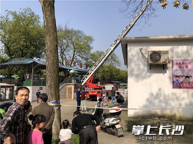 突发!烈士公园大型游乐设施故障 游客被困半空 救援进行中(视频)