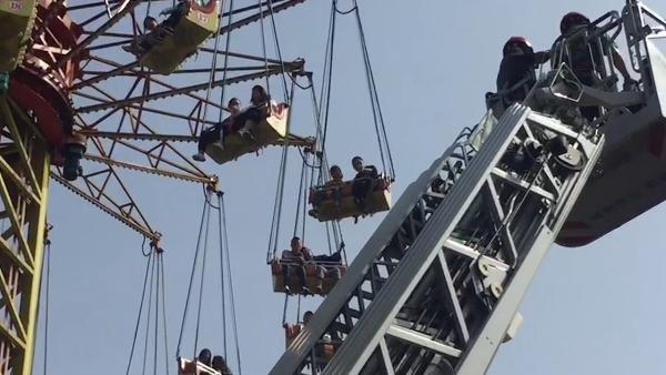 长沙一公园游乐设备故障34人被困半空,消防云梯施救