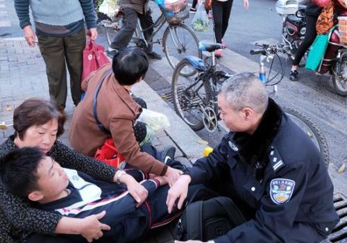 男生骑车摔伤 路过的市民民警及医护人员热心救助