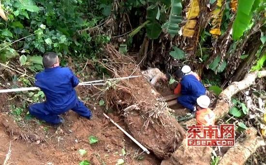 漳州华安3名男子上山砍树 1人被滑落树根压住