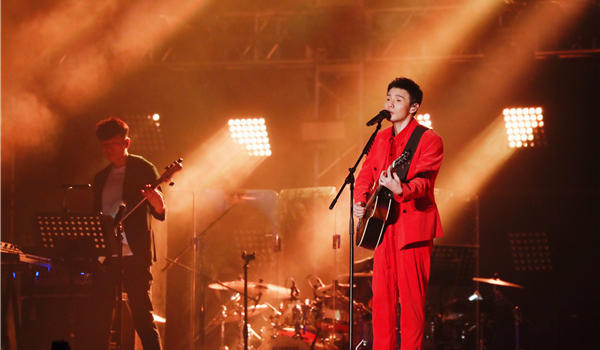 """李荣浩首度在厦门开启个唱 直呼:""""厦门的歌迷太热情了"""""""