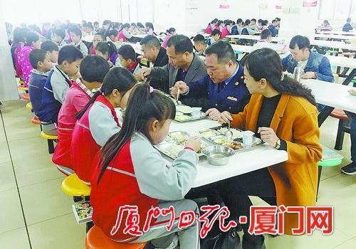 校领导与学生一起吃饭还给饭菜打分 同安177所学校行动