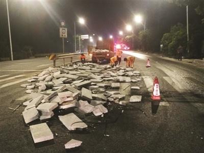 50吨石材掉落国道 养护员徒手搬运3小时