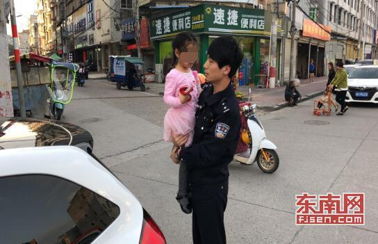 莆田仙游:迷路小女孩路边哭泣 警察叔叔帮她找回妈妈