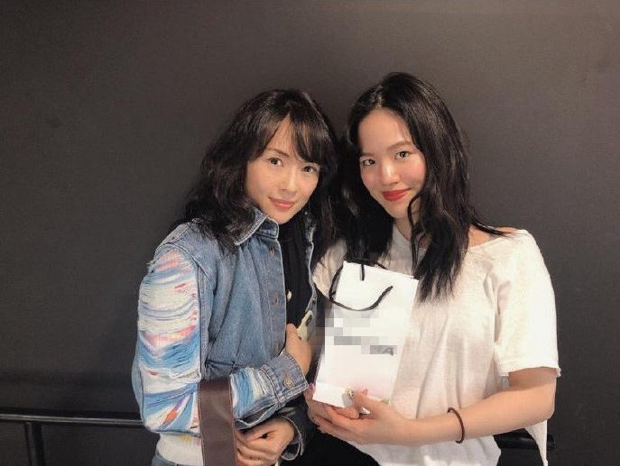章子怡晒与网友合照罕见刘海造型引热议 网友:没气质了!