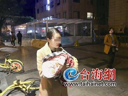 打工妹抱早产儿深夜流落厦门街头 市民发现后纷纷走向她
