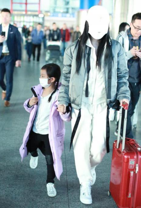 李小璐带女儿现身机场怎么回事?甜馨变蒙面超人超搞笑 李小璐近况