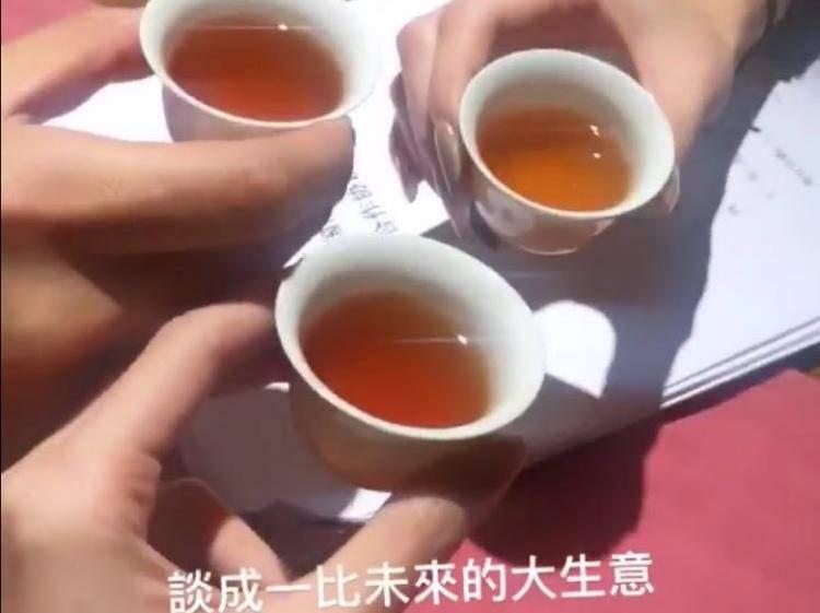 罗志祥女友周扬青庆生意谈成晒照 却因这个细节被吐槽没有文化