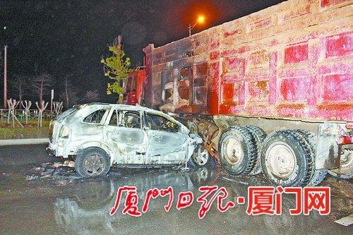 厦门同安一小车撞进土方车车底起火燃烧