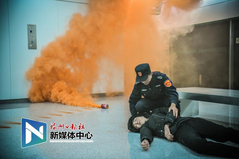 現場超燃!地鐵2號線開展反恐火災綜合應急演練
