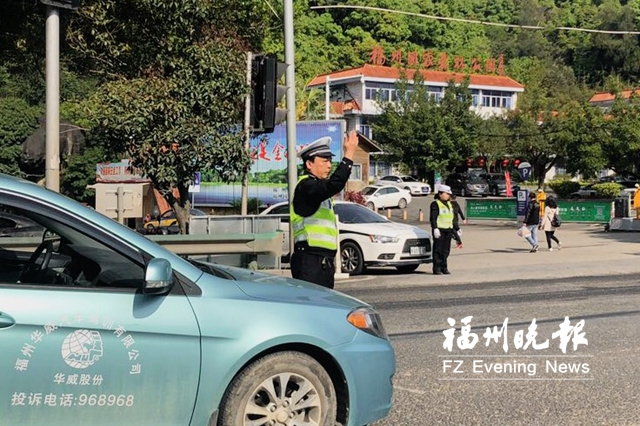 莲花峰万寿园周边道路车流量昨达3000辆 今迎祭扫最高峰