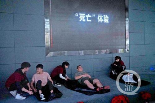 躺裹尸袋體驗死亡詳細新聞介紹?學生為什么要躺裹尸袋體驗死亡引熱議