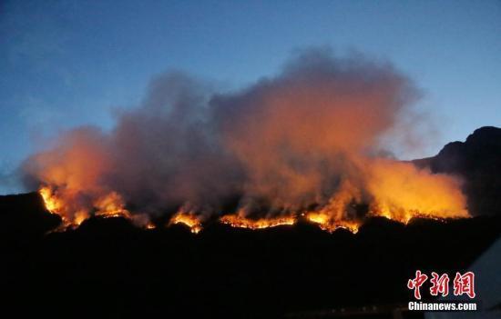 【凉山三县发生森林火灾】凉山三县1900余人灭火 扑救人员撤至安全地带休整