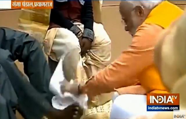莫迪给?#22836;?#24037;洗脚具体什么情况? 印度总理莫迪是在作秀么?