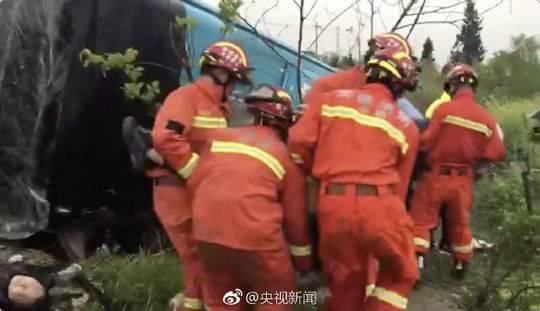 安徽49人客車翻車最新消息,安徽49人客車翻車嚴重嗎傷亡情況如何