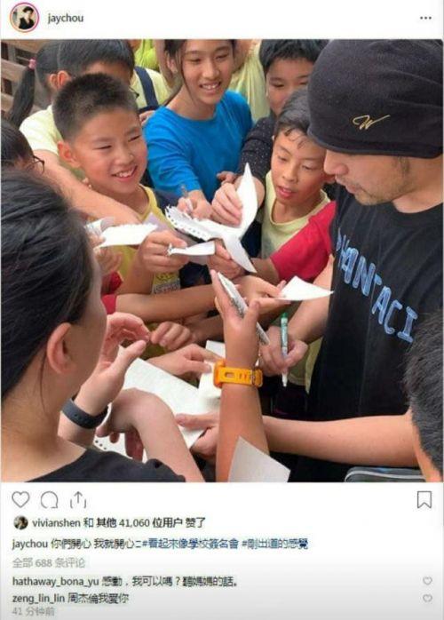 周杰伦被小学生围着签名什么情况?周杰伦为什么被小学生围着签名
