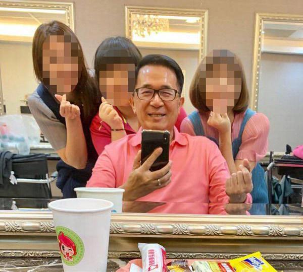 陈水扁自拍照清晰红润 名嘴:难道手持最强防抖手机
