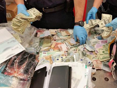 华裔女子入境美国遭查现金 行李被翻个底朝天