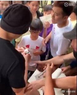 周杰伦被小学生围着签名现场曝光太搞笑人 周杰伦新专辑什么时候出