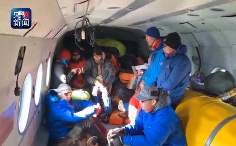 新疆昌吉雪崩被困10名驴友全部获救 搭乘救援直升机返回