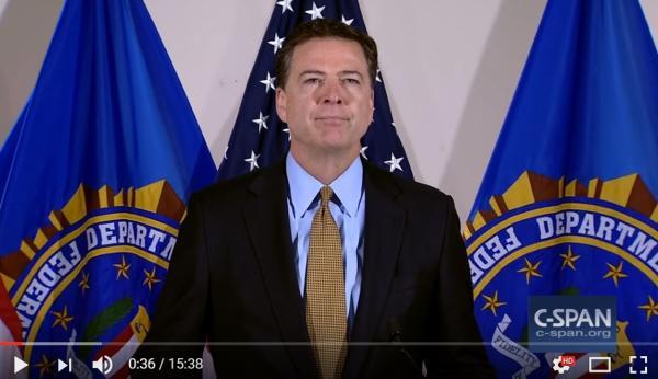 2016年7月5日,FBI局长科米向记者宣布对希拉里电邮事件调查结束,不予起诉,让共和党大为不满。同年10月28日,他又告知国会重启调查,让民主党极为愤慨。