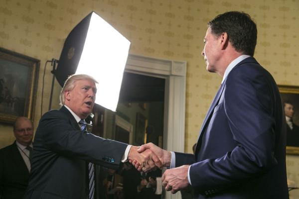 新上任的特朗普,在白宫内接见各部门主要官员时,与科米握手,笑称:他比我还有名。
