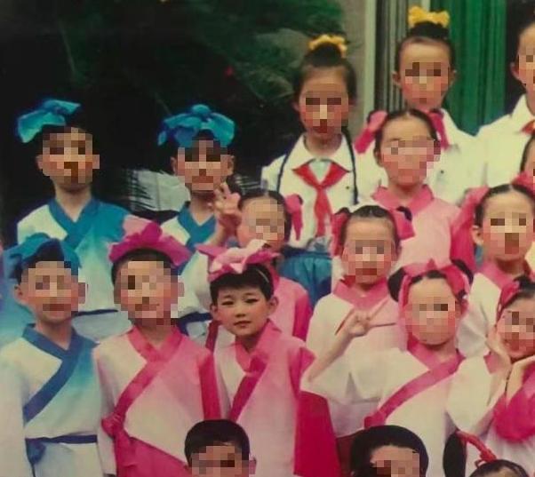 王源穿粉色女装怎么回事?王源为什么穿粉色女装站照片曝光超可爱