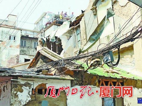 二楼外墙突然掉落 屋中老人刚好在另一侧休息没被砸伤
