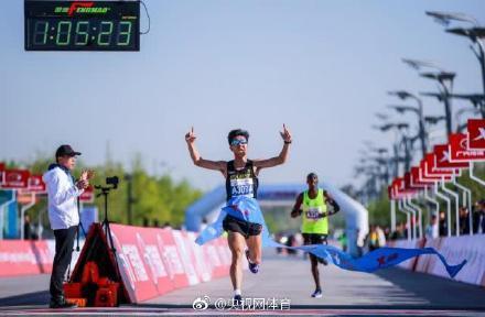 点赞!中国马拉松选手力压肯尼亚选手夺冠