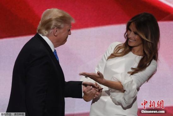 资料图:特朗普与妻子梅拉尼娅。