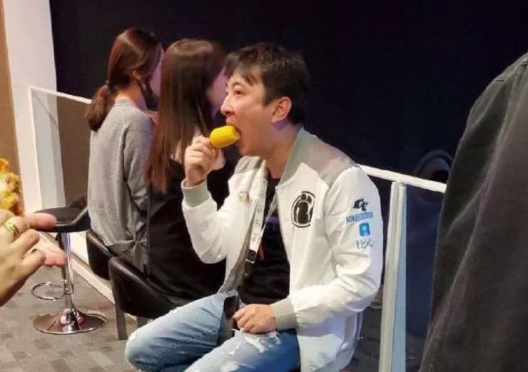 王思聪观看IG半决赛吃东西又一次被做成表情包 王思聪吃玉米表情包