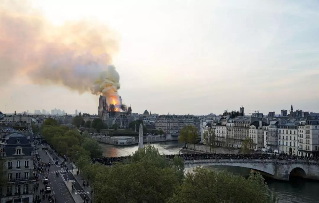 法國總統馬克龍宣布將重建巴黎圣母院
