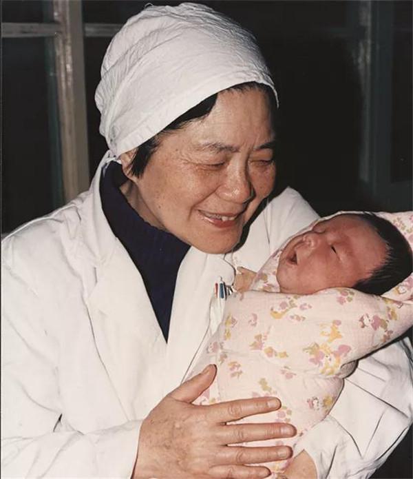 中国大陆首例试管婴儿,当妈妈了!