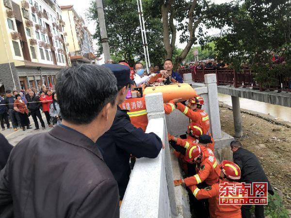 三明宁化:七旬老人不慎坠落河滩 消防接力救援