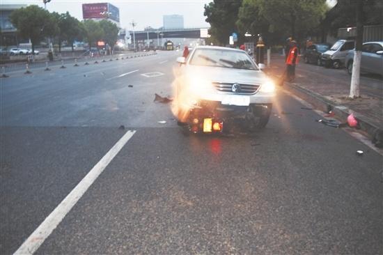 男子醉驾逆行 摩托车躲避不及摔至车底