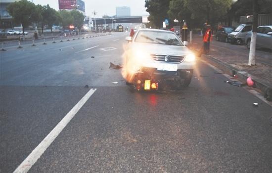 男子醉駕逆行 摩托車躲避不及摔至車底