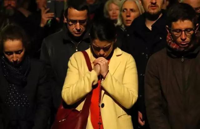 法国民众跪地祈祷
