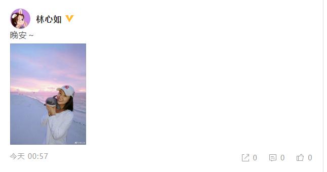 林心如漫步海边手捧玩偶 素颜出镜心情好笑容甜