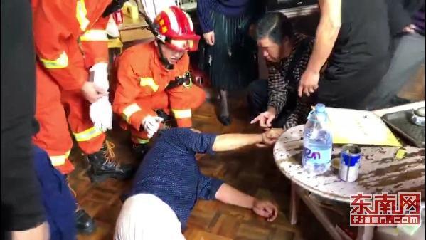 三明一名六旬老人晕倒家中 消防人员破拆救人