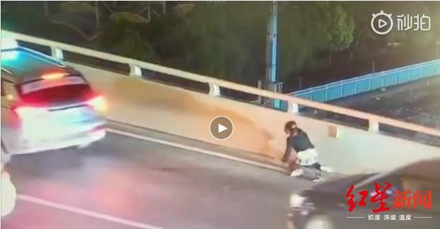 痛心!17歲男生因與母親發生口角跳橋身亡 母親跪地痛哭